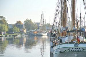 historische Segelschiffe in Greifswalds Altstadt nahe der Marina Yachtzentrum
